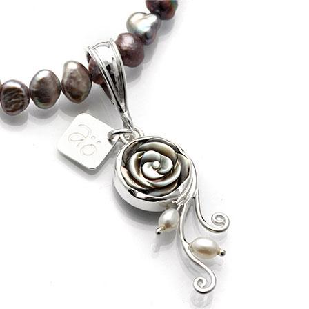 pärlemor ros pärlor hängsmycke grå