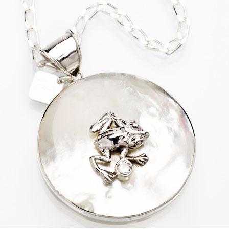 FROGGY vit pärlemor – Silver av Anna Örnberg 3fa6a5ea87fc5